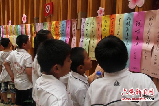 小朋友们在浦东花木社区文化中心猜谜