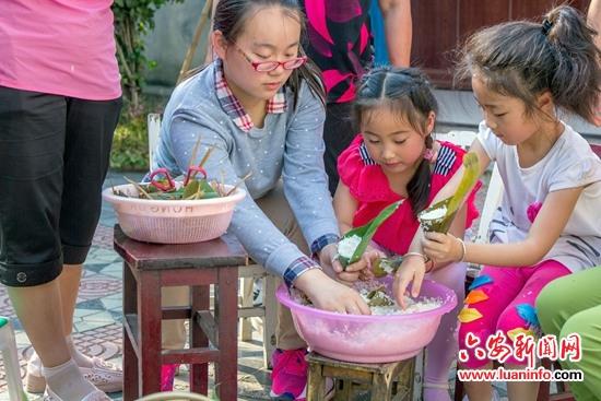 【网络中国节·端午】传承古文化&nbsp动手包香粽