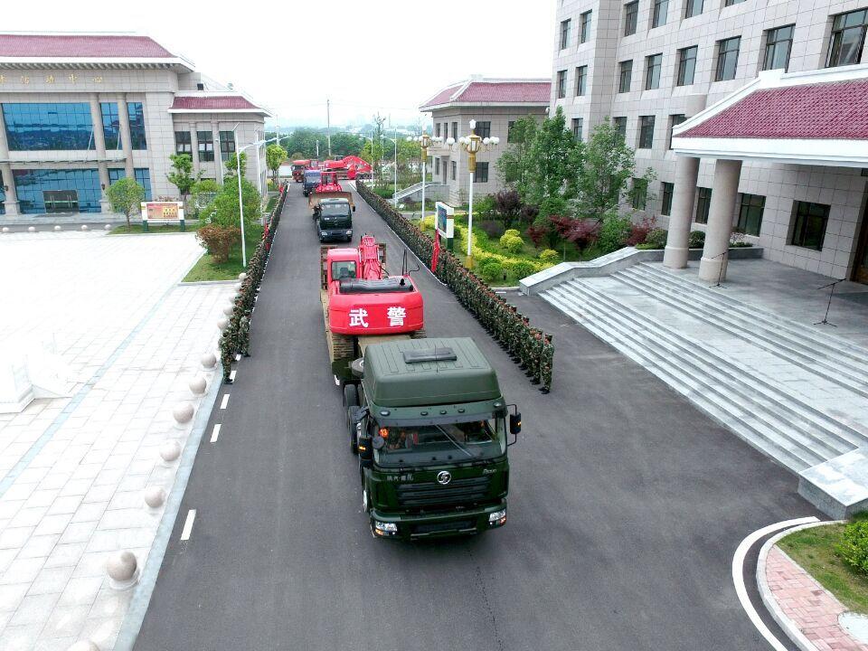 武警交通部队挺进大别山区的霍山县开路助民图片