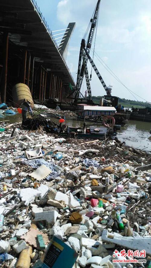 淠河打捞清理四百余吨垃圾