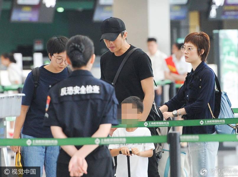 邓超、孙俪携儿子等等一家现身上海机场,正在过安检.-孙俪素颜与