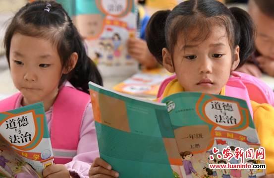 邱县宋店乡中心小学一年级新生孙志朵(右一)、李艺洁(左一)在