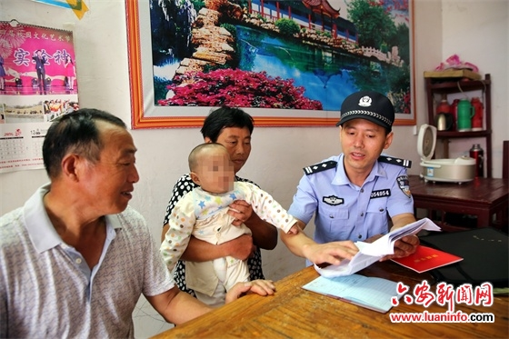 霍邱:老夫妇热心收养弃婴 民警上门解决户口问题