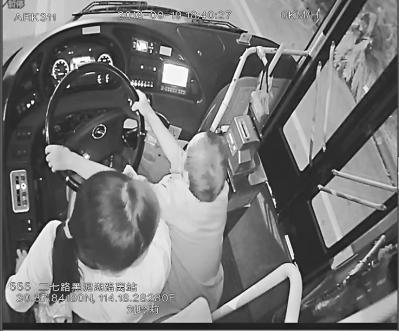 男乘客神情异常突然抢夺方向盘 危急时刻乘客合力将其拦下