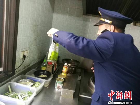 """平江街道市场监管局对""""食荤者""""后厨进行检查。 姑苏区委宣传部 摄"""
