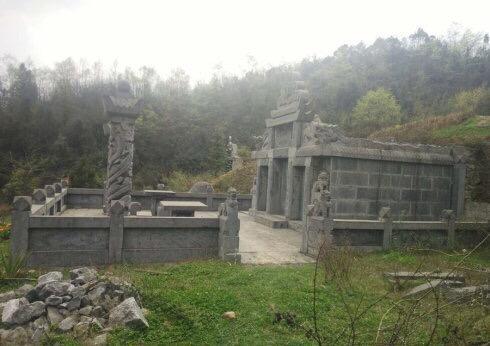 村领导被指建豪华活人墓 家属称已请工人准备拆除
