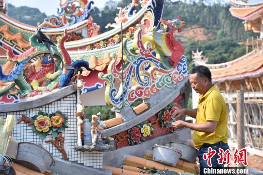现年49岁的林杉谷坚守堆剪技艺,经手修建的古建筑遍及海内外。 陈龙山 摄