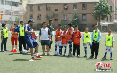 教育部将试点幼儿足球 今年建3000余所足球特色幼儿园