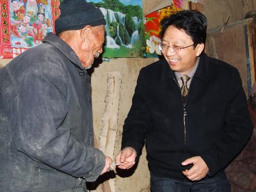 霍邱县开展全县干部为特困户送温暖活动