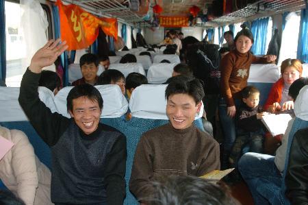 在宁波火车站,外来务工人员坐在开往安徽阜阳的专列上 -浙江为防倒
