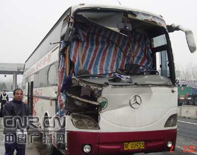 客车被撞车头完全毁损仍载客运营高清图片