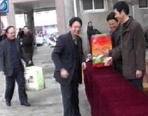 霍邱县领导向重灾村捐赠棉衣被