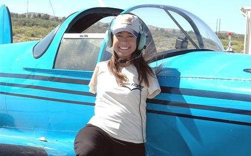 美国无臂女超人获飞行员执照