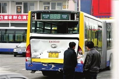 两辆公交车进站时追尾 10余乘客入院接受检查高清图片